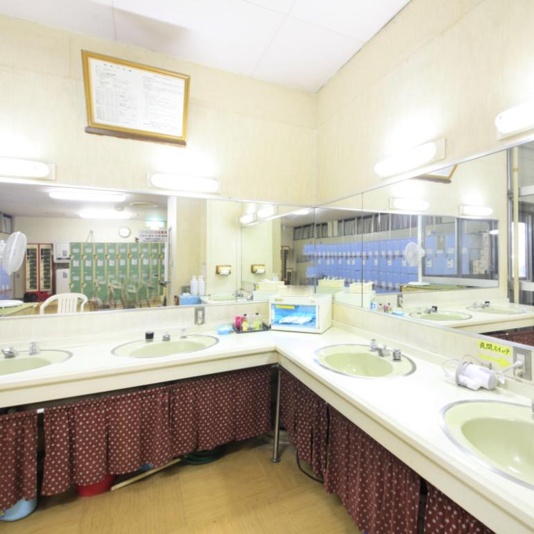 ラドン温泉 男性大浴場更衣室化粧コーナー